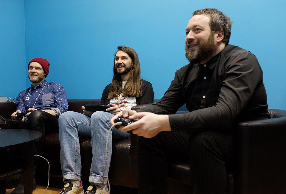 Пять взрослых мужчин устраивают драку с Пикачу, Марио и Соником. Изображение № 11.