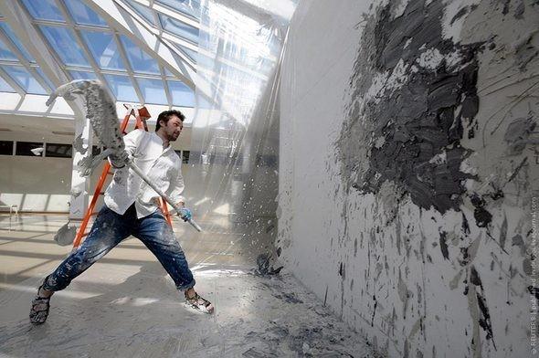 Шугуров Павел, проект «Космизм», бросание цемента в музее современного искусства «Арт этаж», 2010. Изображение № 3.