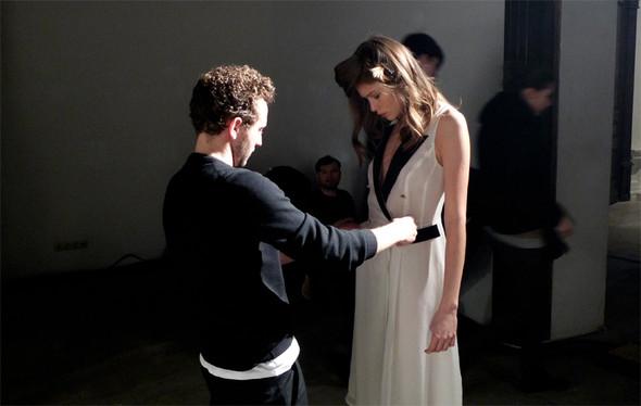 Дизайнер Андрей Артемов: «Она идет от своего парня в мужском пиджаке поверх коктейльного платья». Изображение № 17.