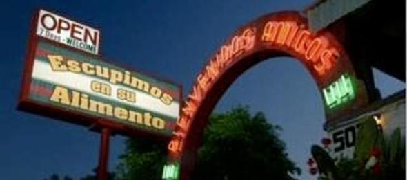 В фильме «Телеведущая» мексиканская забегаловка встречает гостей надписью, понятной только знающим испанский зрителям: «Мы плюем в твою еду».. Изображение № 8.