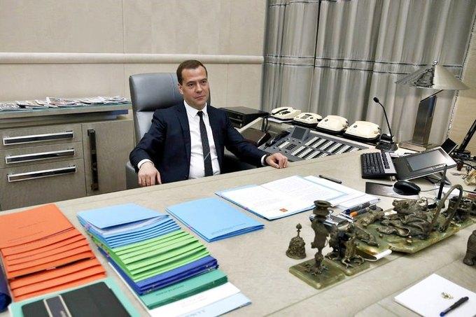 Премьер-министр Дмитрий Медведев РФ в своём кабинете. Изображение № 1.