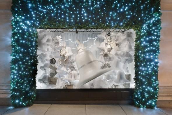 10 праздничных витрин: Робот в Agent Provocateur, цирк в Louis Vuitton и другие. Изображение № 77.