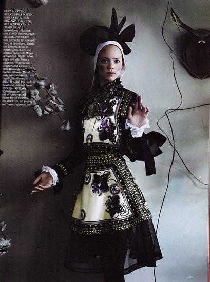 Съёмка: Аризона Мьюз и Фрея Беха Эриксен для британского Vogue. Изображение № 3.
