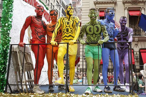 Танцующие геи-китайцы навоздушных шарах. Изображение № 12.