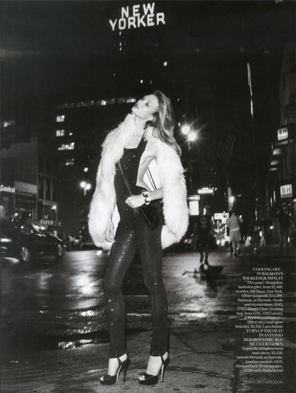 Съемка: Карли Клосс для британского Vogue. Изображение № 3.