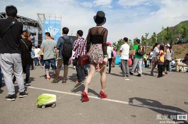 Китайские подростки выгуливают капусту на поводке. Изображение № 4.