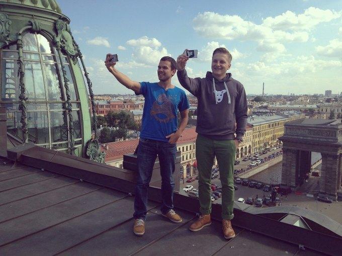Константин Сидорков (справа) и директор по маркетингу «ВКонтакте» Ярослав Андреев на крыше офиса «ВКонтакте». Изображение № 1.