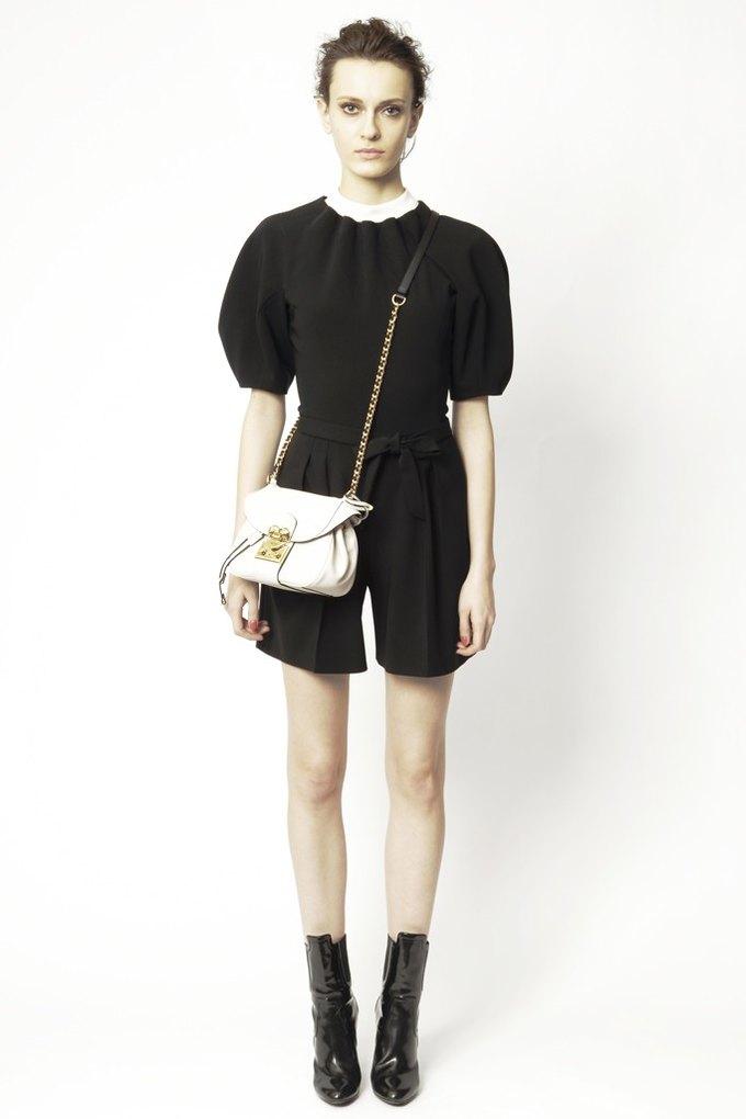 Вышли предосенние коллекции Alexander McQueen, Moschino и Valentino. Изображение № 27.