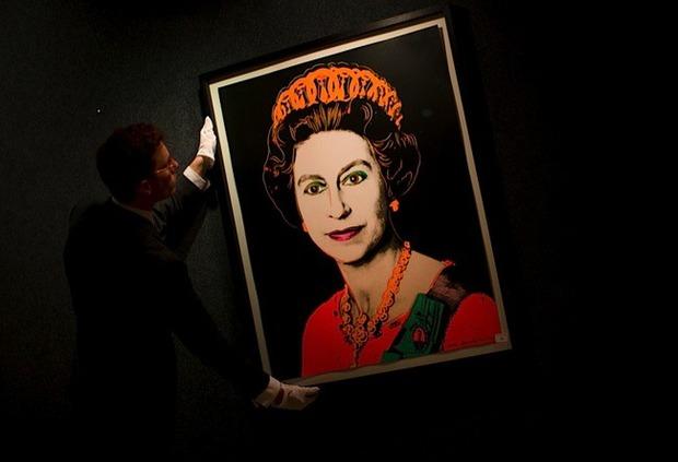 Елизавета II купила четыре собственных портрета кисти Энди Уорхола. Изображение № 1.