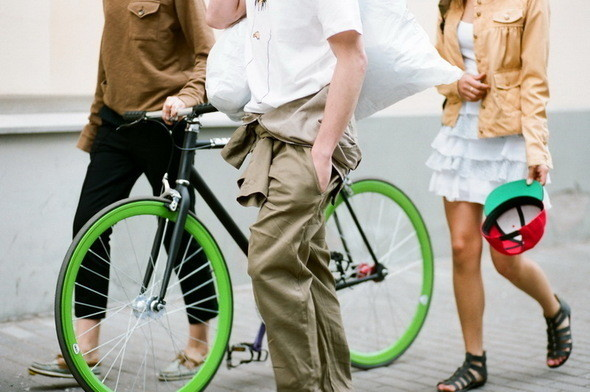 На Маше: футболка Cheap Monday, свитшот Extra. На Вове: комбинезон Devo, велосипед Create, На Кате:  жакет Extra, платье Extra.. Изображение № 9.
