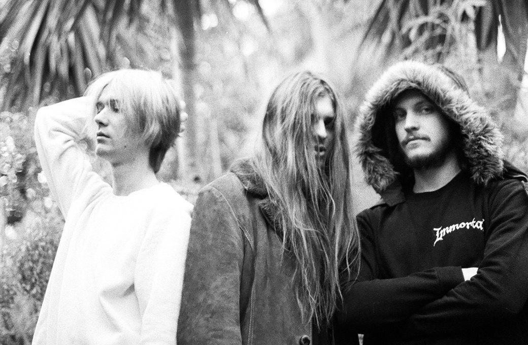 слева направо — Арсений (вокал, гитара), Даня (барабаны), Никита (бас-гитара). Изображение № 2.