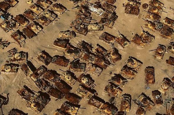 Кладбище иракских танков в пустыне близ Al-Jahrah, Кувейт. Изображение № 24.