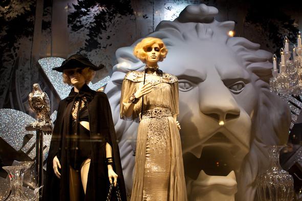 10 праздничных витрин: Робот в Agent Provocateur, цирк в Louis Vuitton и другие. Изображение № 11.