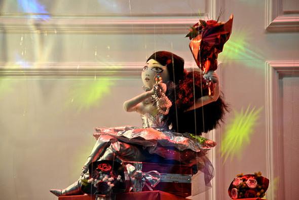 10 праздничных витрин: Робот в Agent Provocateur, цирк в Louis Vuitton и другие. Изображение № 22.