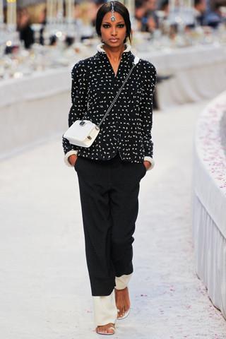 Chanel показали пре-осеннюю коллекцию. Изображение № 17.