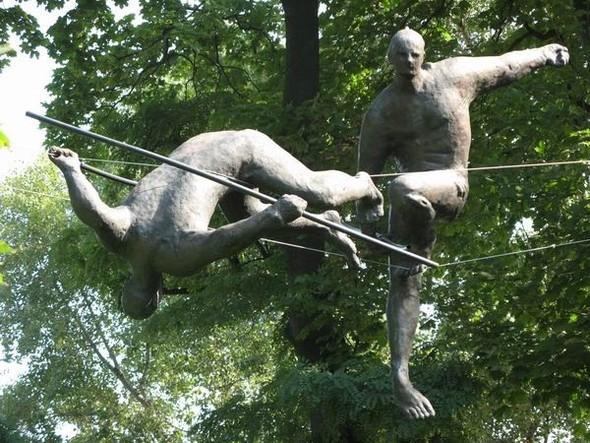 Скульптуры Джерзи Кедзиоры, парящие в воздухе. Изображение № 31.