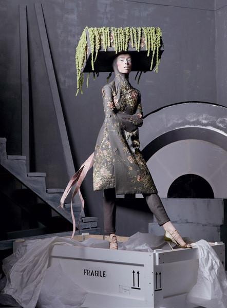 Коко Роша в костюме из коллекции Alexander McQueen SS 2001. Изображение № 4.