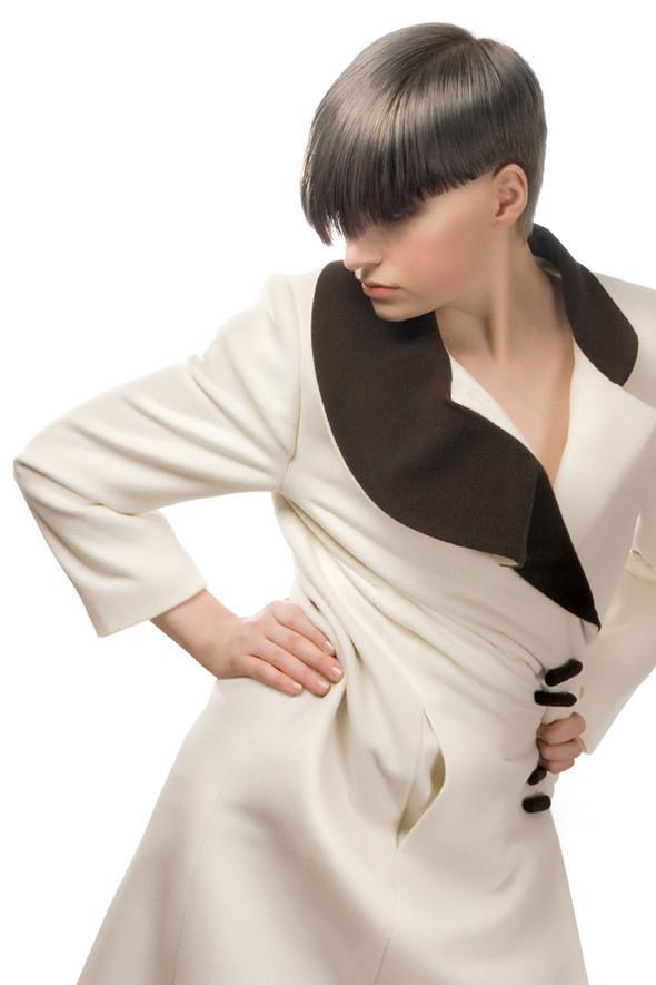 Кашемировое пальто с оригинальным воротником более всего подходит для истинной леди, которая хочет выделяться из толпы.  Состав материалов:  кашемир (30%), шерсть (70%). Подкладка – вискоза 100% . Изображение № 13.