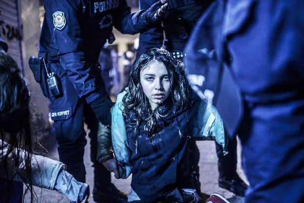 Раненая девушка во время протестов в Стамбуле в марте 2014 года / Автор: Bulent Kilic. Изображение № 18.