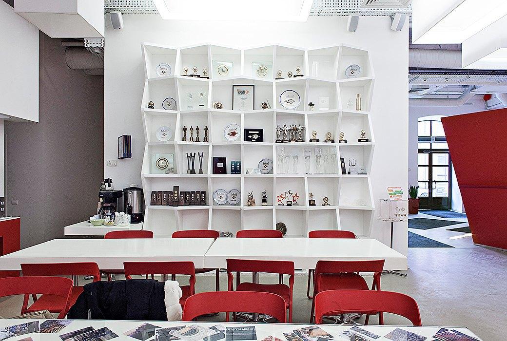 Лестница в никуда и хаски в московском офисе BBDO. Изображение № 32.