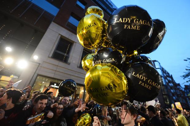 Леди Гага представила в Harrods духи FAME. Изображение № 13.