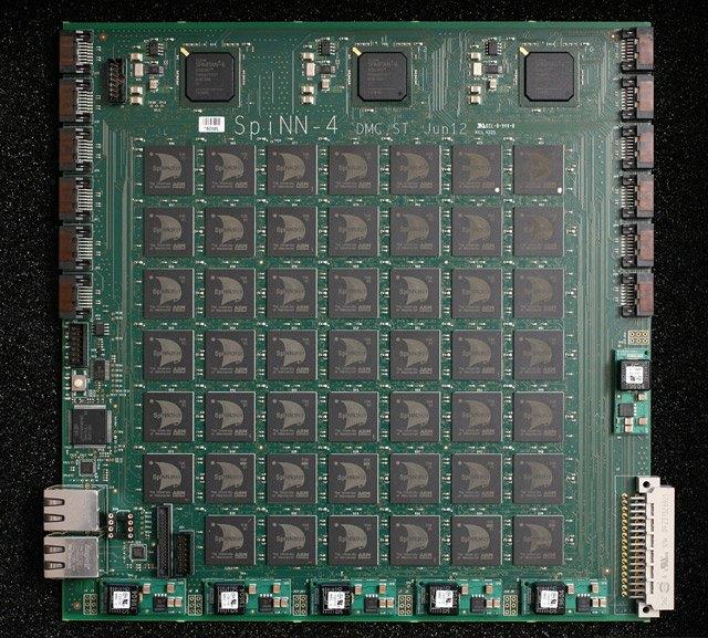 Плата SpiNNaker с 48 узлами и 864 процессорными ядрами ARM, способна в реальном времени обсчитывать модель процессов, происходящих в мозгу пчелы. Система масштабируемая, возможно соединение вместе множества плат SpiNNaker. В ближайшее время система сможет симулировать 1 % человеческого мозга. (© University of Manchester).. Изображение № 2.