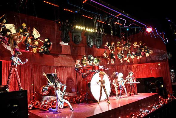 10 праздничных витрин: Робот в Agent Provocateur, цирк в Louis Vuitton и другие. Изображение № 23.