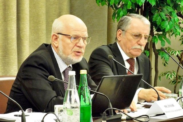 Председатель Совета при Президенте РФ по правам человека Михаил Федотов (слева). Изображение № 1.