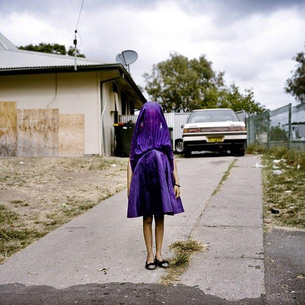 Представительница малоимущего слоя населения Австралии ждёт автобуса в воскресную школу / Автор: Raphaela Rosella. Изображение № 2.