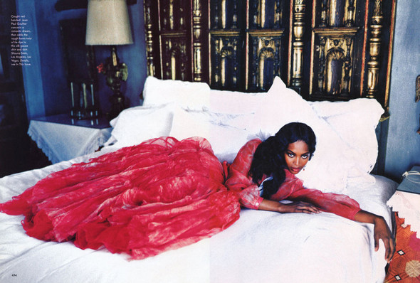 Архивная съёмка: Наоми Кэмпбелл и Эллен фон Унверт для Vogue, 1998. Изображение № 11.