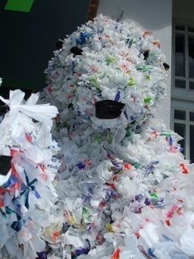Выставка пакеты, шины ипрочий мусор — дляживотных. Изображение № 1.