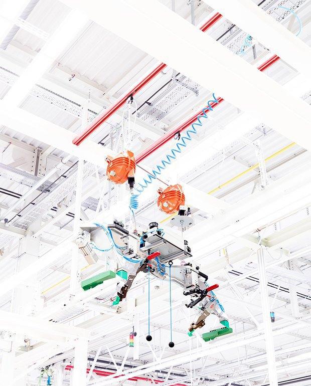 Фабрика BMW авторства Захи Хадид вызывает мурашки у роботов. Изображение № 7.