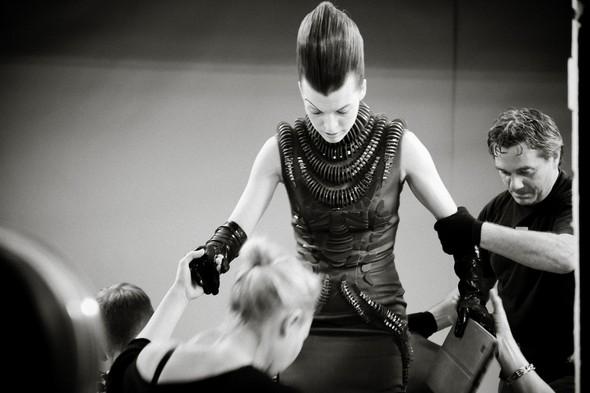 Мила Йовович в календаре Campari 2012. Изображение № 16.