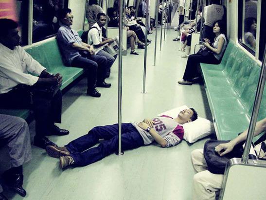 Пока ты спал:  Спящий приятель в публичных местах. Изображение № 2.