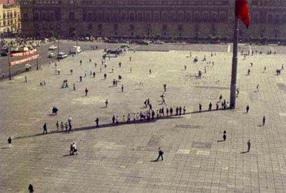 Zocalo, 1998. Жители Мехико используют государственный символ как укрытие отжары.. Изображение № 30.