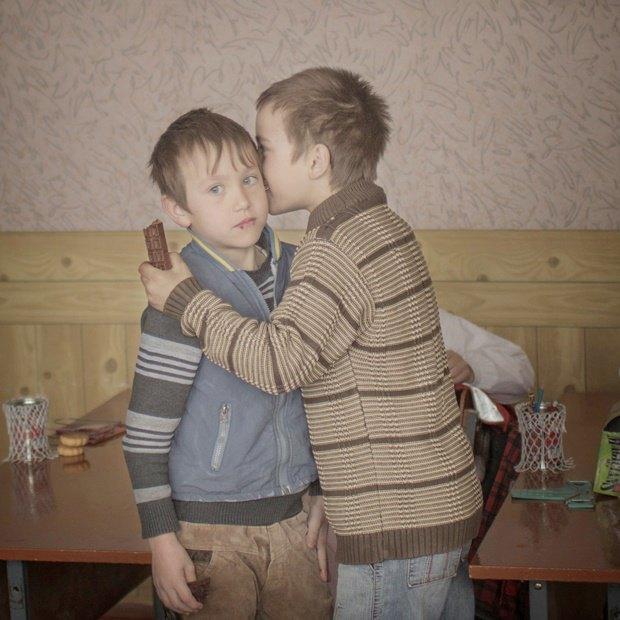 Сироты Игорь и Артур из Молдавии раздают конфеты одноклассникам на свой общий день рождения / Автор: Asa Sjostrom. Изображение № 3.