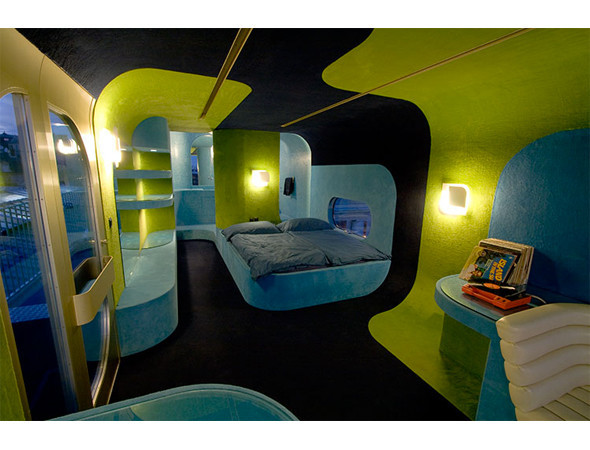 Everland Hotel — отель на один номер с огромной кроватью и лаунжем — путешествовал по крышам главных городов мира, но больше всего запомнился парижанам, когда оказался на крыше Центра современного искусства Palais de Tokyo. Изображение № 11.