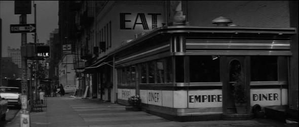 1. Empire Diner Культовый дайнер на Манхэттене, открытый в 1946 году, на крышу которого тридцать лет спустя водрузили стальную копию Эмпайр-стейт-билдинг, к сожалению, закрыл свои двери полтора года назад — но навсегда остался в прологе алленовского «Манхэттена».. Изображение №14.