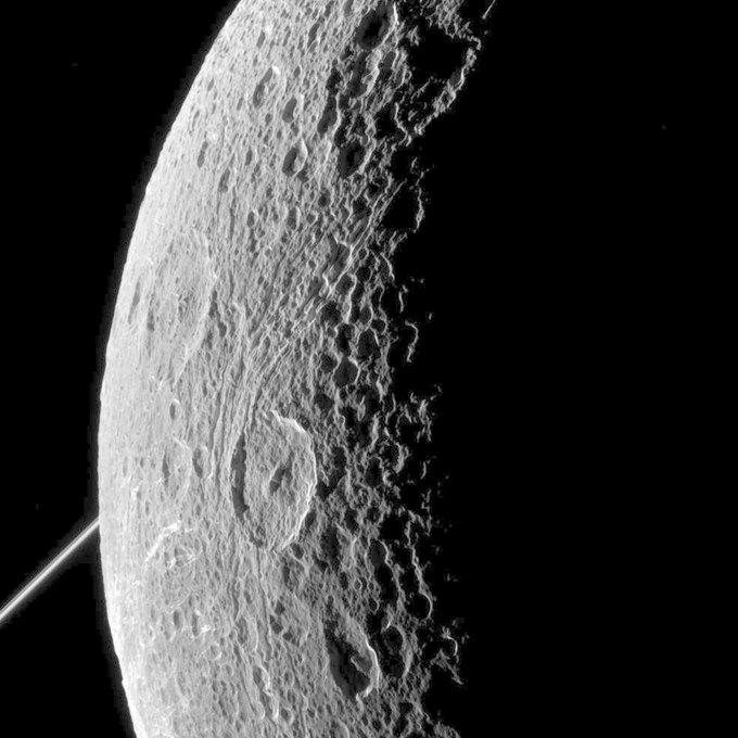 Фото дня: спутник Сатурна Диона . Изображение № 1.