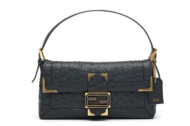 Карл Лагерфельд выпускает коллекцию к юбилею сумки Fendi Baguette. Изображение № 9.