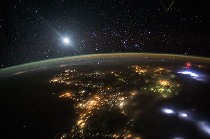 С МКС сняли красные спрайты вверхних слоях атмосферы. Изображение № 1.