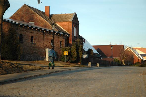 Один из небольших городков, расположенных на острове. Изображение № 12.