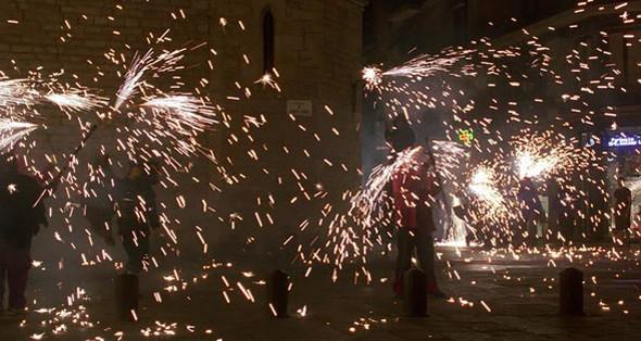 10. Santa Maria del Mar Готическая церковь XIV века в Ла-Рибере, возведенная в период каталонского расцвета. Строительство Санта-Мария-дель-Мар подробно описано в дебютном романе-бестселлере испанца Ильдефонсо Фальконеса «Собор Святой Марии», который несколько лет назад перевели даже на русский. У ее стен Вики с Кристиной встречают процессию с фейерверками.. Изображение №61.