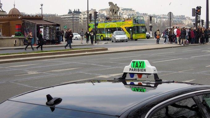Парижские таксисты атаковали машину сервиса Uber. Изображение № 1.