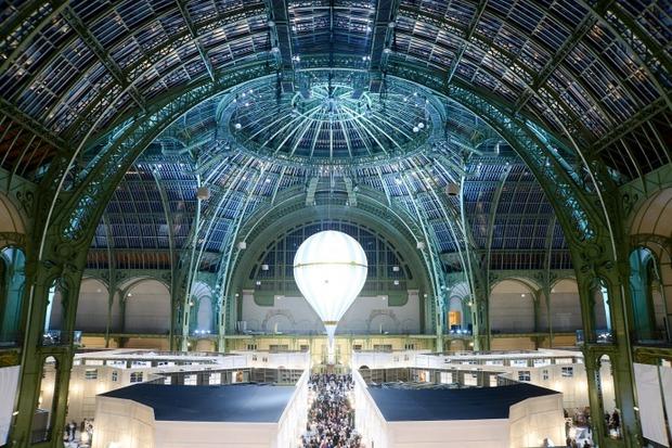 Карл Лагерфельд воссоздал парижские улицы для Biennale des Antiquaires. Изображение № 1.