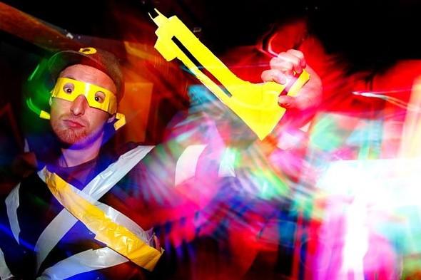 Baile funk - развязный и злой фанк, под который трясут попами в бедных бразильских фавелах. Изображение № 2.