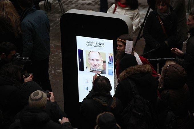Памятник Стиву Джобсу. Фото paperpaper.ru. Изображение № 1.
