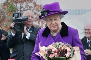 Дизайнер Елизаветы II выпустила книгу о секретах стиля королевы. Изображение № 1.