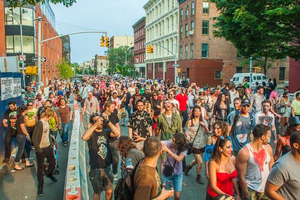 Зомби парад в Нью Йорке. NYC Zombie Crawl.. Изображение № 24.