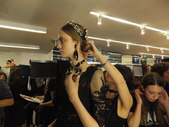 На бэкстейдже показа Dolce & Gabbana. Изображение № 21.